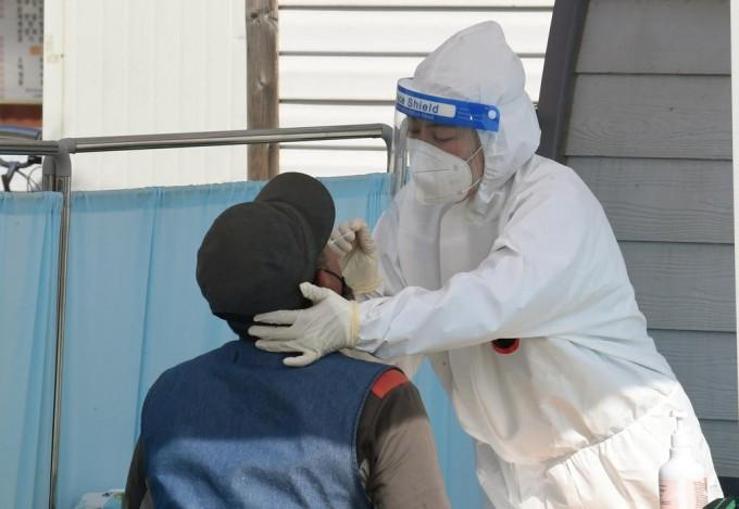 최근 강릉에서 외국인 근로자 5명이 코로나19에 감염된 것과 관련해 강릉시가 3일 오후 옛 시외버스터미널에 임시 선별검사소를 마련해 외국인 근로자를 검사하고 있다. 연합뉴스 제공