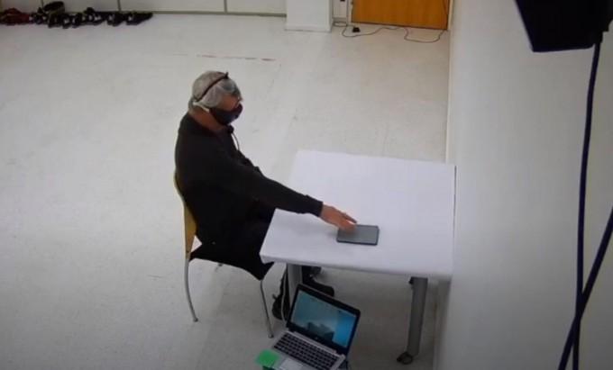 광유전학으로 전혀 앞을 볼 수 없는 시각장애인이 눈 앞 사물을 파악하는 데 성공했다. 네이처 유튜브 캡처