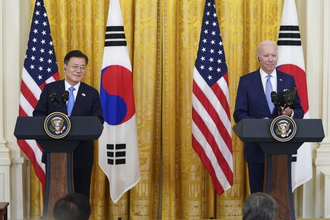 문재인 대통령이 21일 오후(현지시간) 한미 정상회담을 마치고 조 바이든 미국 대통령과 함께 참석한 공동기자회견에서 기자들의 질문에 답하고 있다. 연합뉴스