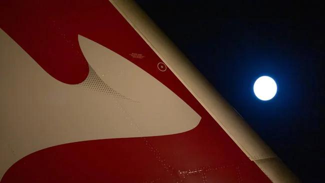 비행기에서 포착된 개기월식의 모습. 콴타스항공 제공