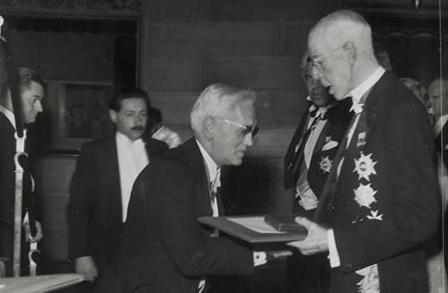 스웨덴 국왕으로부터 노벨상을 받고 있는 알렉산더 플레밍 경. 위키피디아 제공