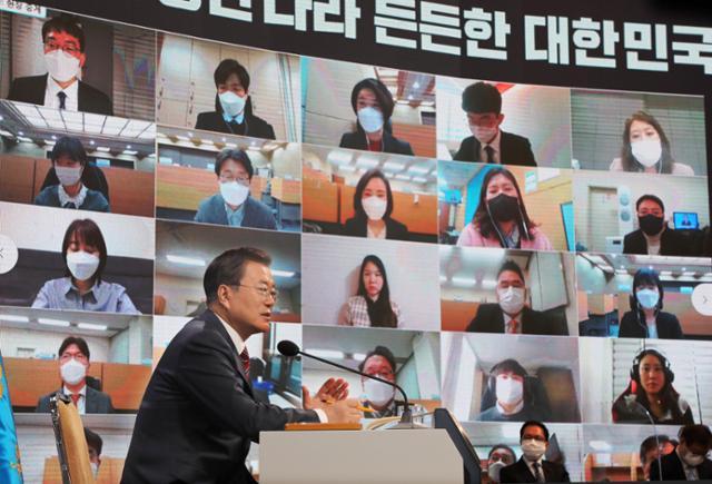 문재인 대통령이 18일 청와대 춘추관에서 열린 신년 기자회견에서 기자들의 질문에 답하고 있다. 연합뉴스 제공