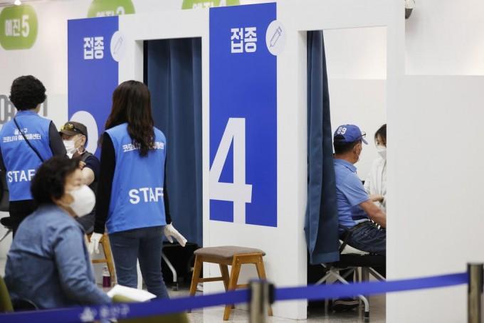 서울 용산구 예방접종센터에서 시민들이 코로나19 백신을 맞기 위해 대기하고 있다. 연합뉴스 제공