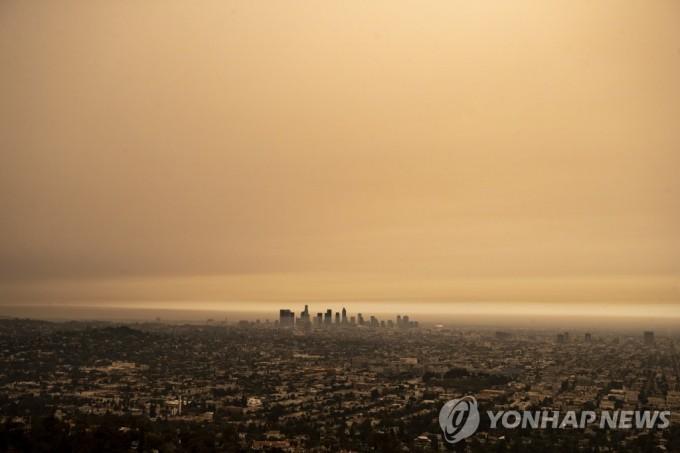 지난해 9월 10일 캘리포니아주에서 발생한 대형 산불로 인해 오렌지 빛깔로 변한 로스앤젤레스(LA)의 하늘