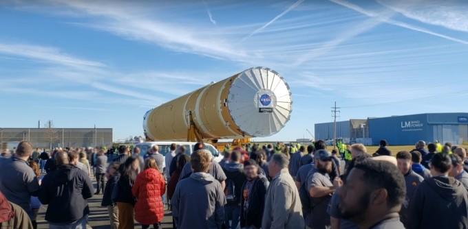 2020년 1월  8일 달 탐사 프로젝트 ′아르테미스(Artemis)′를 수행할  [출처: 중앙일보] ″인류는 이제 새로운 우주 탐험의 시대를 맞이했다″, 아르테미스 달 탐사 로켓 ′SLS′가 처음 모습을 드러냈다. NASA 제공