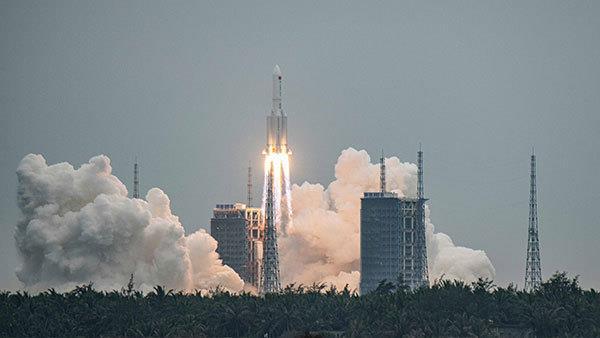중국이 개발한 독자 우주정거장의 핵심 모듈 톈허(天和)를 실은 창정 5B 로켓이 지난달 29일 하이난(海南)성 원창(文昌) 기지에서 발사되고 있다. 신화=연합뉴스 제공