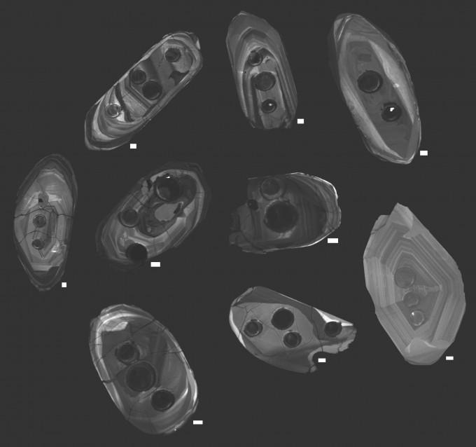 미국 스미스소니언 박물관 연구팀이 연구에 활용한 지르콘. 검은 원은 화학 성분을 분석하기 위해 레이저를 쏘며 생긴 구멍이다. 스미스소니언 박물관 제공
