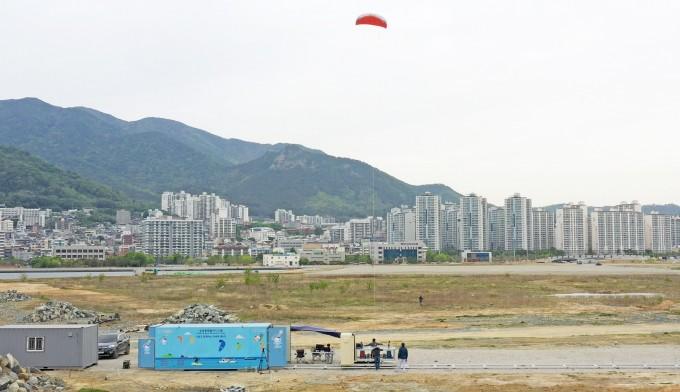 한국전기연구원 공중 풍력발전 연구개발팀이 창원 마산만 인공섬에서 연을 날려 풍력발전을 시연하고 있다. 한국전기연구원 제공