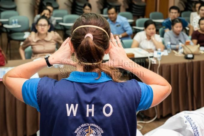 세계보건기구(WHO) 관계자가 보건 교육을 진행하고 있다. WHO 제공