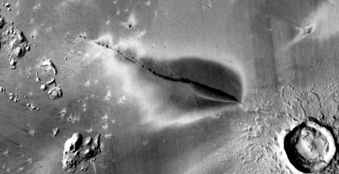 약 32km 걸쳐 벌어진 균열 주위에 약 13km 너비로 덮인 화산 퇴적물이 발견됐다. 약 5만 3000년 전 폭발한 화산 활동에 의한 것으로 추측된다. NASA 제공