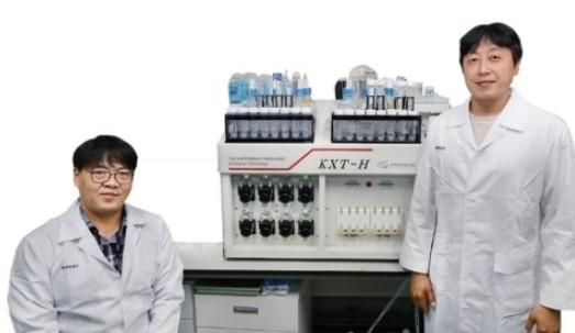 바닷물 속 스트론튬90 신속분석법을 개발한 한국원자력연구원 임종명 원자력환경실장(좌)과 김현철 책임연구원(우)