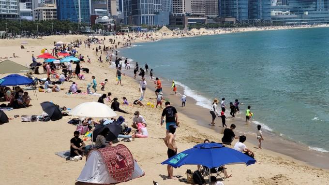 초여름날씨를 보인 30일 부산 해운대해수욕장이 붐비고 있다. 연합뉴스 제공
