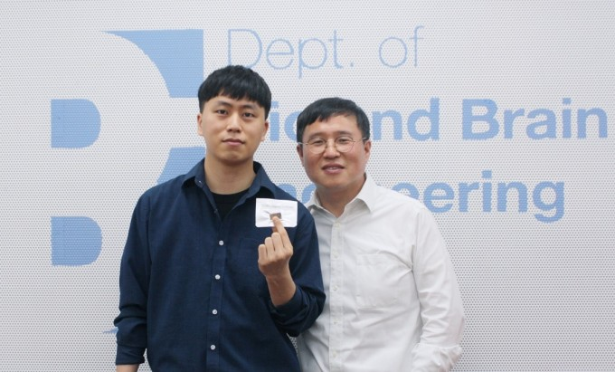 정기훈 KAIST 바이오및뇌공학과 교수(오른쪽)와 강병훈 박사과정생 연구팀은 나노 플라즈모닉 실시간 PCR 기술을 개발했다. KAIST 제공