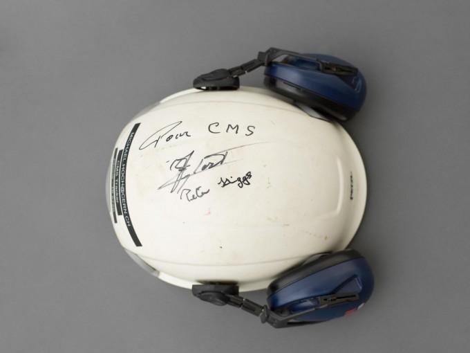 피터 힉스 영국 에딘버러대 교수의 사인이 담긴 헬멧. 한양대 제공