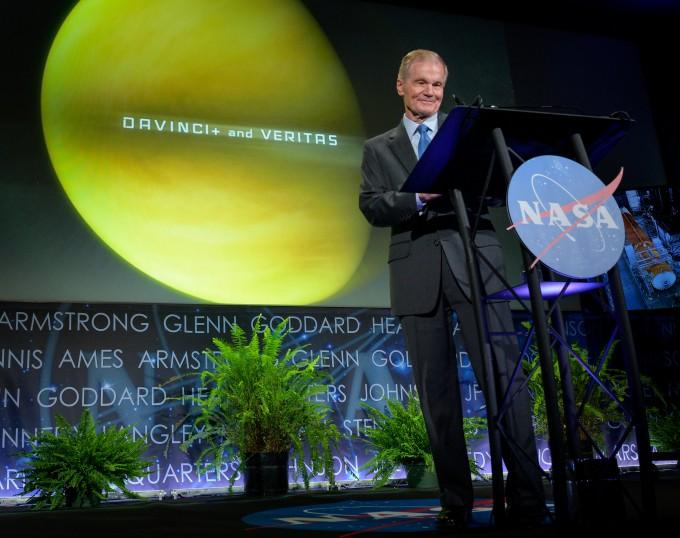 빌 넬슨 NASA 국장이 2일 NASA의 새 행성과학 임무 ′다빈치+′와 ′베리타스′를 발표하고 있다. NASA 제공