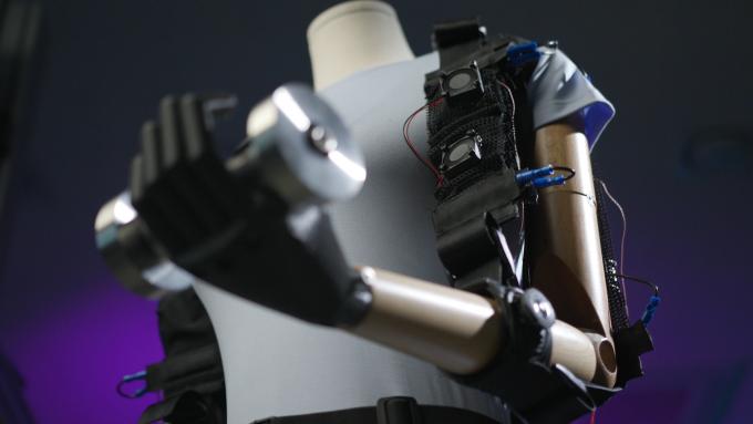 한국기계연구원이 형상기억합금을 이용해 개발한 근육 옷감. 마네킹에 근육옷감을 입히고 아령을 드는 동작을 시험 중이다. 한구기계연구원 제공