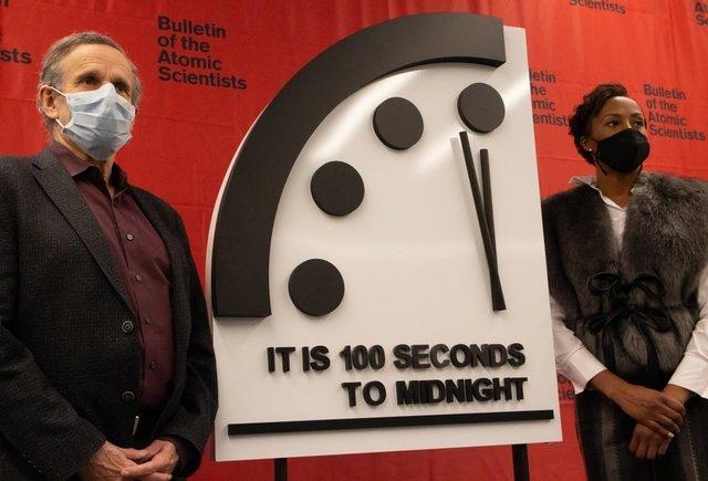 2021년 1월 27일 핵과학자회보는 운명의 날 시계 바늘을 작년 그대로인 23시 58분 20초로 정했다고 발표했다. 운명의 날 시계설정에는 현재 노벨수상자 13명이 참여하고 있다. 어린이과학동아DB