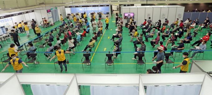 서울 중랑문화체육관에 마련된 신종 코로나바이러스감염증(코로나19) 접종센터에서 백신 접종을 마친 시민들이 이상반응 모니터링 구역에서 휴식을 취하고 있다.연합뉴스 제공