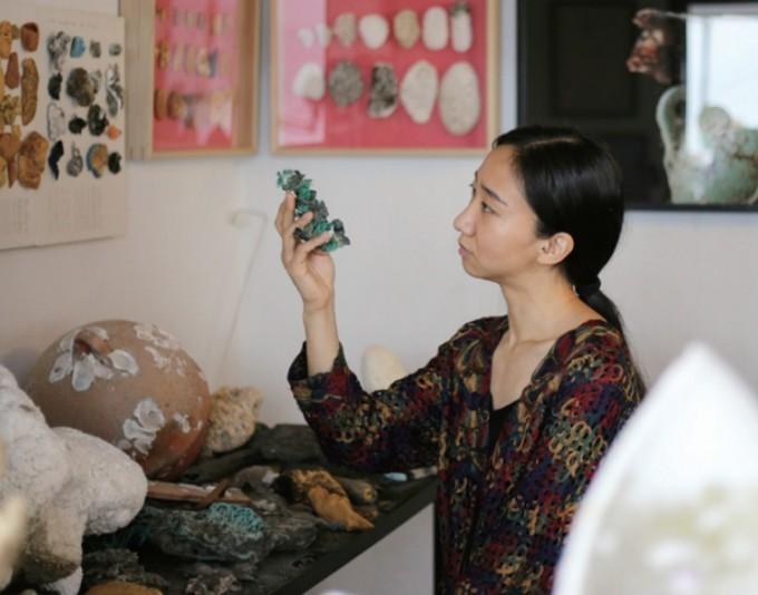 장한나 작가의 서울 마포구 작업실에는 작품으로 다시 태어나길 기다리는 뉴락이 한가득 쌓여있다. 장 작가는 앞으로도 뉴락을 통해 대중과 소통할 계획이다. 이병철 기자