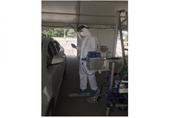 전자코를 이용해 드라이브스루 진단검사소를 찾은 사람들의 코로나19 진단검사를 진행하고 있다. 이스라엘 바이츠만과학연구소 제공