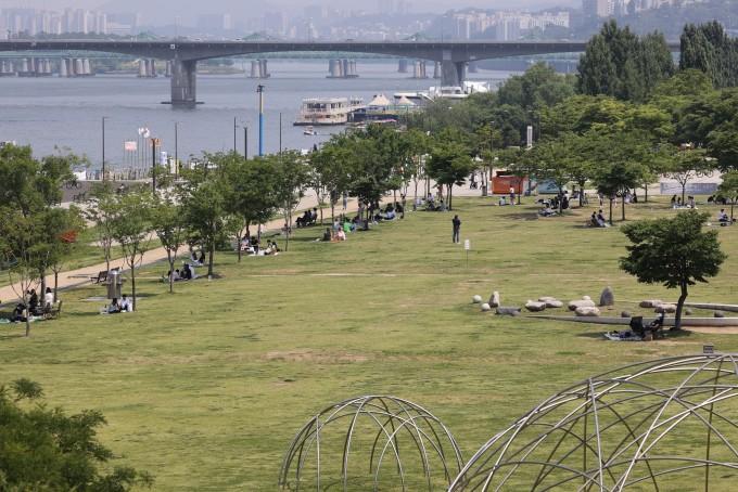 초여름 날씨를 보인 6일 오후 서울 여의도 한강공원을 찾은 시민들이 그늘 아래에서 휴일을 즐기고 있다. 연합뉴스 제공