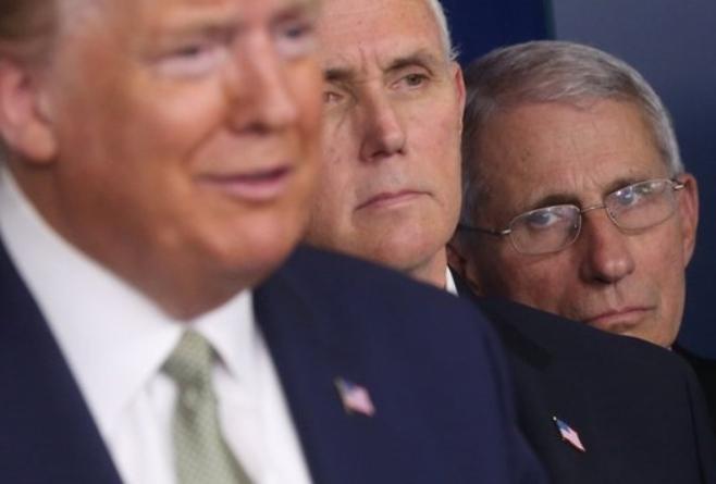 2020년 신종 코로나 TF 기자회견 당시 트럼프 대통령이 답변을 하는 뒤로 앤서니 파우치 소장이 바라보고 있는 모습이다. 로이터/연합뉴스 제공