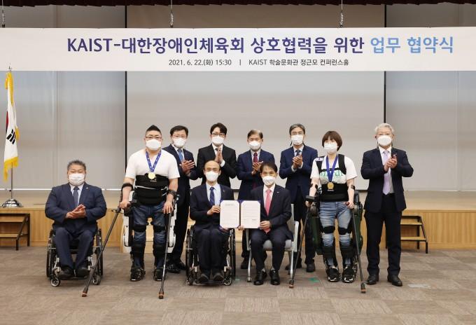 KAIST는 22일 오후 대전 본원 정근모콘퍼런스홀에서 장애인 로봇체육 활성화를 위한 업무 협약을 체결했다. (앞줄 왼쪽 두번째부터) 김병욱 선수, 정진완 대한장애인체육회 회장, 이광형 KAIST 총장, 이주현 선수. KAIST 제공.