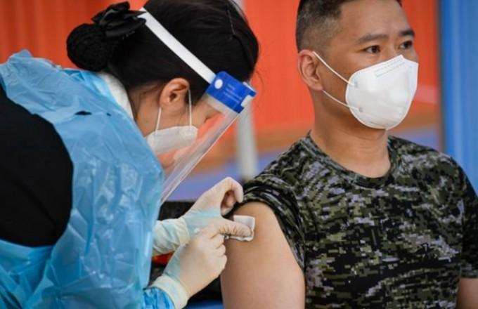 해병대사령부 소속 장병이 사령부 체육관에 마련된 예방접종센터에서 아스트라제네카(AZ) 백신 접종을 받고 있다. 연합뉴스 제공
