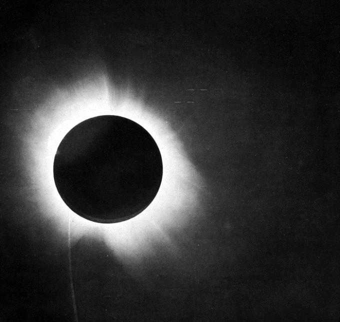 1919년 영국 천문학자 아서 에딩턴이 촬영한 태양 개기일식 사진이다. 에딩턴은 일식 순간 주변에서 촬영할 수 있던 별들의 위치를 평소와 비교해 일반상대성이론에 의한 시공간 휘어짐과 빛의 진행방향 변경 현상을 확인했다. 위키미디어 제공