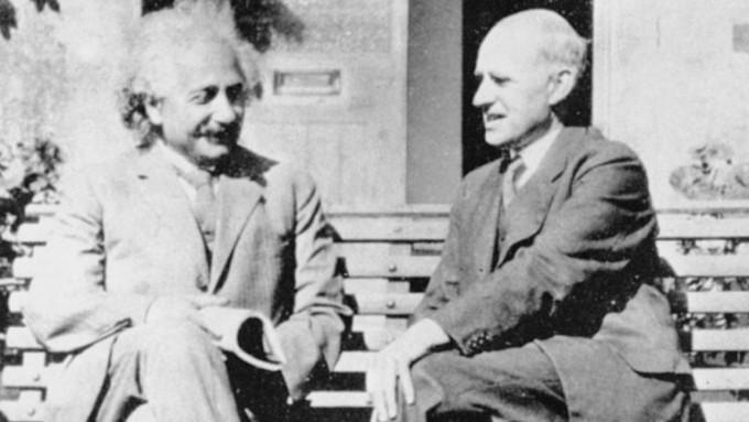 1930년 영국 케임브리지천문대 앞 벤치에 앉아 이야기를 나누고 있는 아인슈타인(왼쪽)과 에딩턴.  동아사이언스DB