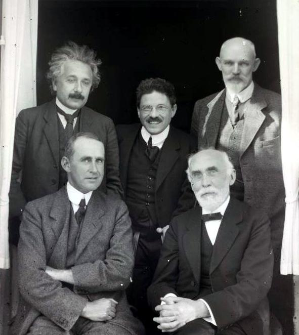 뒷줄 왼쪽부터 시계방향으로 알베르트 아인슈타인, 파울 에렌페스트, 빌럼 더시터르, 헨드릭 로런츠. 천문학자 아서 에딩턴은 아인슈타인 아래에 위치해 있다. 동시대의 뛰어난 이론물리학자 또는 천문학자들이 1923년 9월 네덜란드에서 열린 학술모임에서 만나 찍은 기념사진. 위키피디아 제공