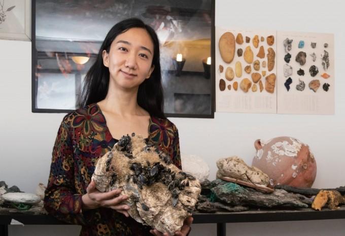 장한나 작가가 플라스틱 위에 홍합이 자란 '뉴락' 작품을 보여주고 있다. 생물과 무생물(플라스틱)의 경계에 주목해 만든 작품이다. 이병철 기자