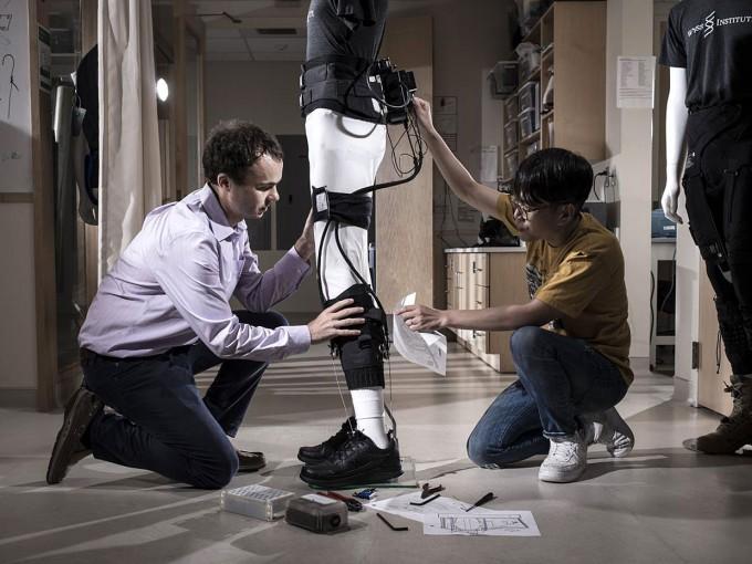 미국 하버드대 바이오디자인랩 연구진들이 '소프트 엑소슈트'를 살펴보고 있다. 소프트 엑소슈트는 웨어러블로봇 개발에서 옷처럼 가볍고 활동하기 편한 '스파이더맨 슈트' 시대를 열었다는 평가를 받는다. 하버드대 제공