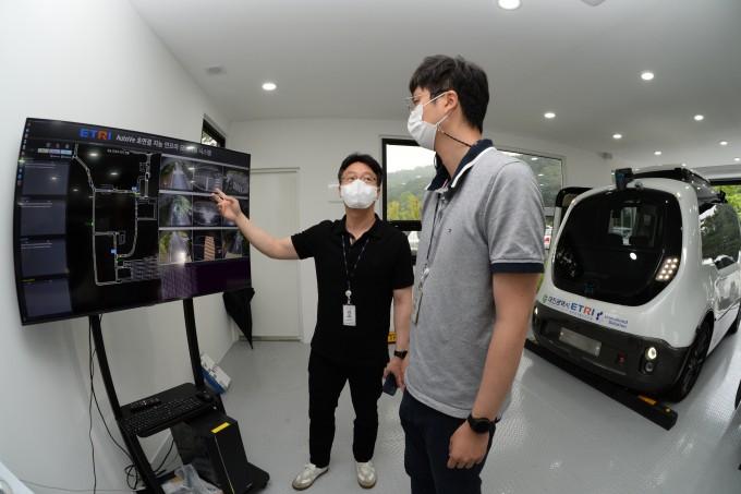 ETRI 연구팀이 오토비의 자율주행 데이터를 확인하고 있다. ETRI 제공