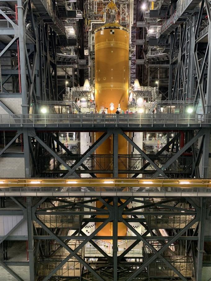 역대 최강 우주 발사체로 알려진 스페이스론치시스템(SLS)의 완전체 조립이 처음으로 공개됐다. NASA 제공.