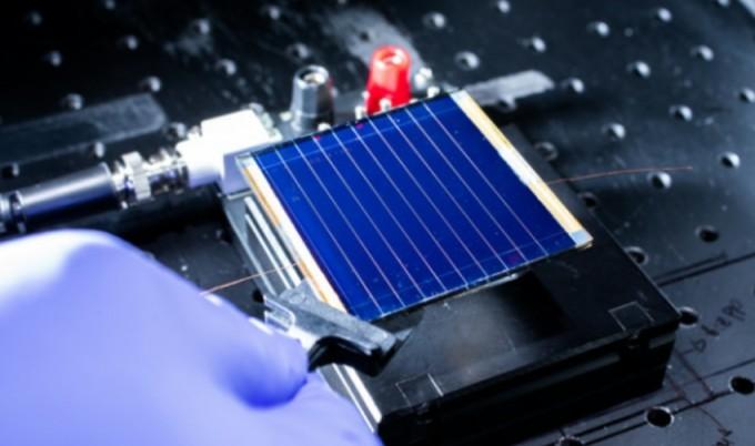 페로브스카이트 태양전지에 인공 태양광을 비춰 광전환 효율을 측정한다. 최근 한국에너지기술연구원은 25.6%로 논문 보고된 효율 중 최고 기록을 달성했다.