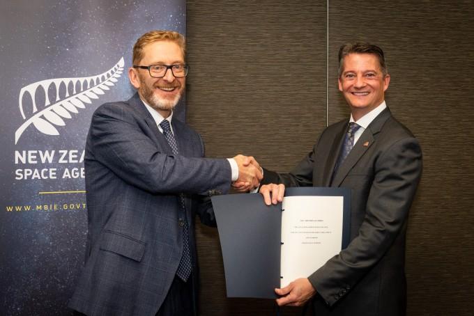피터 크랩트리 뉴질랜드 우주국장이 지난달 31일 아르테미스 협정에 서명하는 모습이다. NASA 제공