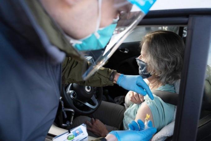 샌프란시스코 시에 설치된 드라이브스루 백신 접종센터에서 코로나19 백신 접종이 진행되는 모습. 샌프란시스코 캘리포니아대 제공