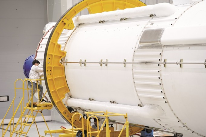 전남 고흥 외나로도 나로우주센터 조립동에서 한국항공우주산업(KAI) 엔지니어가 누리호 비행모델의 조립을 진행중이다. KAI 제공