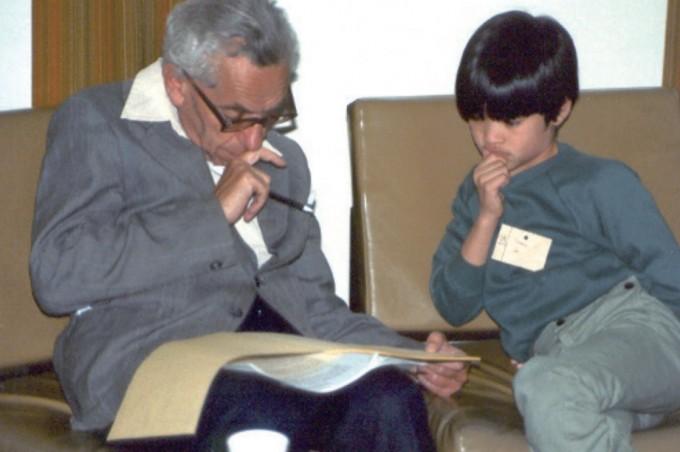 에르되시 팔(왼쪽)과 열 살의 테렌스 타오(오른쪽). 훗날 타오는 에르되시가 제시한 난제인 '에르되시 불일치 추측'을 증명한다. 위키피디아 제공