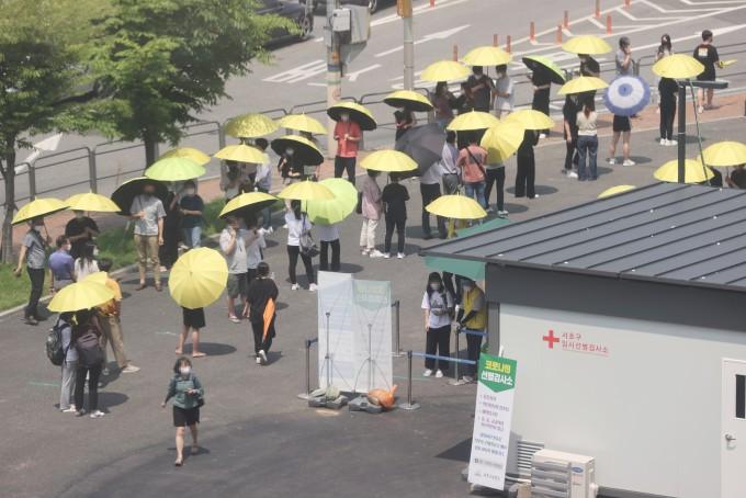 폭염 속 코로나19 검사 대기하는 시민들. 연합뉴스 제공