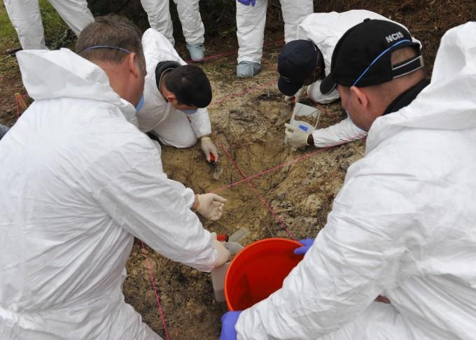 미국 해군범죄수사대(NCIS) 수사원들이 토양 분석을 샘플을 채취하고 있다. 미국 자연자원보호청(NRCS) 제공