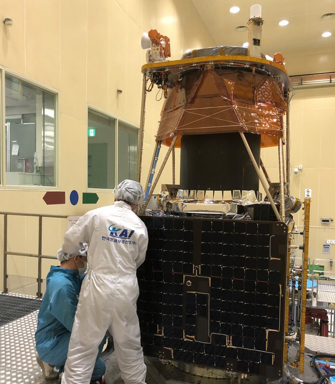 KAI는 1994년부터 시작한 위성 분야 사업에서 쌓은 우주산업 역량을 바탕으로 발사체와 탐사선 등 우주산업 포트폴리오를 확대한다는 계획이다. 사진은 KAI 개발진이 차세대중형위성을 개발하는 모습. KAI 제공