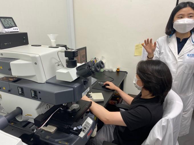 경남 겨제시 소재 한국해양과학기술원 남해연구소 위해성분석연구센터 연구실에서 연구원들이 남해에서 직접 수집한 미세플라스틱을 적외선 분광기를 통해 확인하고 있다. 거제=고재원 기자 jawon1212@donga.com