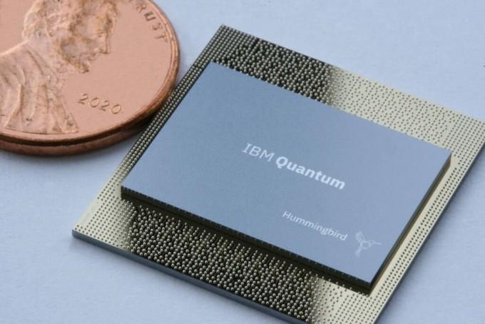 IBM이 운용 중인 65큐비트 양자컴퓨터용 칩 '허밍버드'. IBM은 2023년 큐비트 1121개로 만든 '콘도르'도 개발하겠다고 밝혔다. IBM 제공