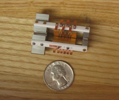 NIST 알루미늄 이온 클럭에서 주요 작업이 이루어지는 이온 트랩입니다. 알루미늄 이온과 파트너 마그네슘 이온은 전극 사이의 장치 중앙을 따라 흐르는 슬릿에 있습니다.   크레딧 : J. Koelemeij / NIST