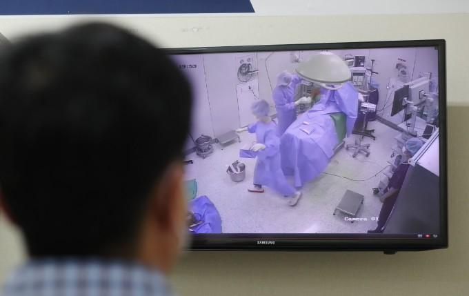 인천 부평구 관절 전문병원인 부평힘찬병원은 최근 불거진 인천 한 척추 전문병원의 대리 수술 의혹으로 떨어진 지역 의료계의 신뢰도를 회복하기 위해 CCTV 설치를 결정했다. 연합뉴스 제공
