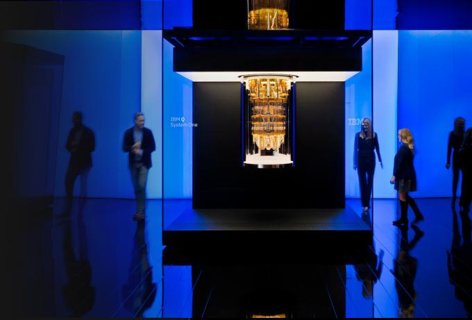 IBM은 지난해 65큐비트 양자칩 '허밍버드'를 탑재한 양자컴퓨터를 선보인데 이어 올해는 127큐비트 '이글'을 공개할 계획이다. 사진은 IBM의 양자칩이 탑재된 양자컴퓨터. IBM 제공