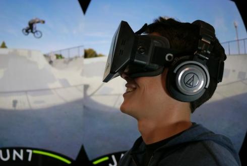 소셜로봇과 친구하고 VR로 세계 체험