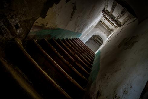 저 계단 끝에 귀신이 있다면? 올 여름, 진화한 공포가 몰려온다!